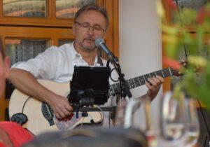 Hangulatos zenés est Parrag Tiborral a Huszár vendéglő teraszán @ Huszár Vendéglő